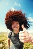 Willkommen zu Kaukasus! Lächelnder Mann, der sich okayzeichendaumen zeigt stockbild