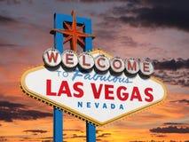 Willkommen zu Las Vegas-Zeichen mit Sonnenuntergang-Himmel Lizenzfreie Stockfotos