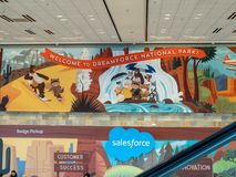 Willkommen zu Nationalpark Dreamforce geschrieben mit Salesforce-Logo bei der Konferenz lizenzfreie stockfotos