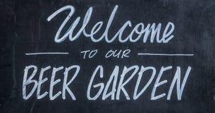Willkommen zu unserem Bier-Garten lizenzfreies stockfoto
