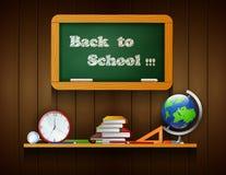 Willkommen zurück zu der Schulbehörde, die am hölzernen Hintergrund hängt Lizenzfreies Stockfoto