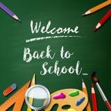 Willkommen zurück zu Schulhintergrund mit Schulausrüstung Lizenzfreie Stockfotos