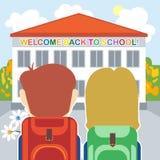 Willkommen zurück zu Schulkarte mit einem Jungen, einem Mädchen und Blumen vor dem Gebäude Lizenzfreies Stockfoto