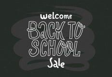 Willkommen zurück zu Schulverkauf - kritzelt das Beschriften des Zitats auf schwarzer Tafel Handgezogene Logophrase Grotesker Skr lizenzfreie abbildung