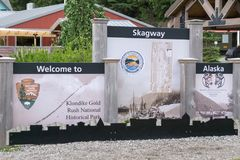 Willkommen zur Stadt skagway Alaska-Zeichens stockbild