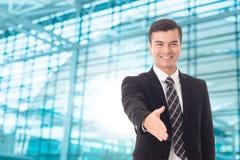 Willkommene Hand des Geschäftsmannes für die Erschütterung Unternehmens lizenzfreie stockbilder