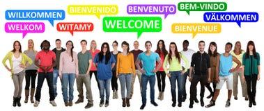 Willkommene multi Ethnie lächelnde junge Leute, die Schutz sagen stockfoto