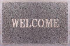 Willkommene Türmatte Freundliches Grey Door Mat Closeup Willkommener Teppich Fuß-Schaber-Hintergrund Stockbilder