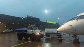 Willkommener Flughafen Katowice - Katowice nachts Stockbild