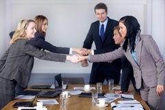 Willkommener Händedruck vor Geschäftstreffen Lizenzfreie Stockfotografie