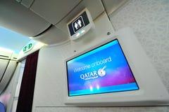 Willkommener Schirm und Toilette Signage Bord-Qatar Airways Boeing 787-8 Dreamliner in Singapur Airshow Stockbild