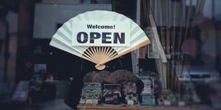 Willkommenes offenes Zeichen auf japanischem Handfan lizenzfreies stockbild
