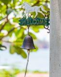 Willkommensschild und Glocke Lizenzfreie Stockfotos