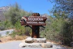 Willkommensschild zum Mammutbaum-Nationalpark, Kalifornien Stockfoto