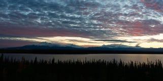Willow湖俯视Wrangell St伊莱亚斯南阿拉斯加 免版税图库摄影