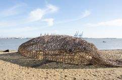 Willow Whale-standbeeld op strand Stock Afbeelding