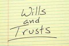 Wills och förtroenden på ett gult lagligt block royaltyfria foton