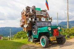 Willys jeep med rörande last Salento Colombia royaltyfri fotografi