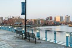 Wilmington Delaware horisont längs Christiana River fotografering för bildbyråer