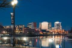 Wilmington Delaware horisont längs Christiana River på natten royaltyfria bilder