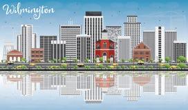 Wilmingtonhorizon met Gray Buildings, Blauwe Hemel en Bezinningen Stock Afbeeldingen