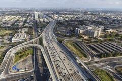 Wilshire Blvdramper till den San Diego 405 motorvägen i västra Los-Ang royaltyfri fotografi