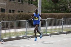 Wilson Chebet Kenya springer i den Boston maraton som kommer i 5th med en tid av 2:12: 35 på April 17, 2017 Arkivbilder
