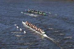 Wilson High School en Grotere Lawrence Rowing-rassen in het Hoofd van de Jeugd Eights van Charles Regatta Men ` s stock foto's