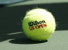 Wilson-tennisbal op tennisbaan in Arthur Ashe Stadium Royalty-vrije Stock Afbeeldingen