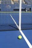 Wilson-tennisbal op tennisbaan in Arthur Ashe Stadium Royalty-vrije Stock Fotografie
