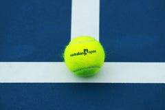Wilson-Tennisball mit Australian Open-Logo auf Tennisplatz Stockfotografie