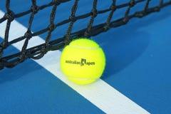 Wilson-Tennisball mit Australian Open-Logo auf Tennisplatz in der australischen Tennismitte in Melbourne-Park Lizenzfreie Stockfotos