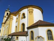 Wilten Abbey Basilica contra el cielo azul vibrante, Innsbruck Fotos de archivo