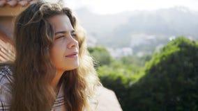 Wiman joven en la luz del sol que se relaja en el balcón de quinta almacen de video