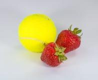 Wimbledon - σφαίρα και φράουλες αντισφαίρισης Στοκ Εικόνες