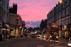 Wimbledon wioski głowna ulica przy półmrokiem Zdjęcie Royalty Free