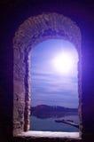 Wimdow de pedra antigo da paisagem da lua da noite imagens de stock