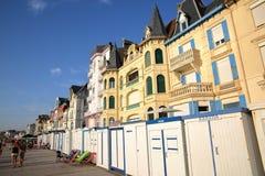 WIMEREUX, †de FRANCES «le 27 août 2016 : Échouez les huttes et les maisons traditionnelles au coucher du soleil dans le ` Opal Image libre de droits