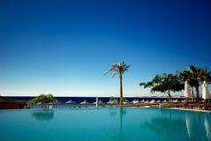 Wimming Pool und Ozean Stockbild
