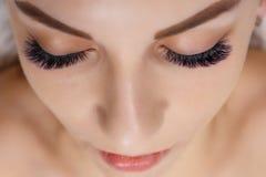 Wimper-Erweiterungs-Verfahren Frauen-Auge mit den langen blauen Wimpern Ombre-Effekt Schlie?en Sie oben, selektiver Fokus stockbild