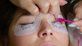 Wimper-Erweiterungs-Verfahren Frauenauge mit den langen Wimpern stock video footage