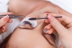 Wimper-Erweiterungs-Verfahren Frauenauge mit den langen Wimpern Wimpern mit Bergkristall Peitschen, Abschluss oben, Makro Lizenzfreies Stockbild