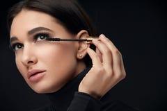 Wimperntuschenmake-up Schönheits-Modell Putting Black Mascara auf Wimpern stockfoto