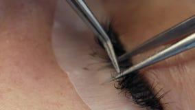 Wimperuitbreiding op het vrouwelijke oog stock footage