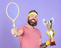 Win elke tennisgelijke ik aan deelneem De winstkampioenschap van de tennisspeler Het tennisracket van de atletengreep en gouden d royalty-vrije stock afbeelding