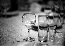 Win szkła na stole w restauracji z piękny błękitnym fotografia royalty free