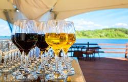 Win szkła z czerwonym i białym winem zdjęcie stock