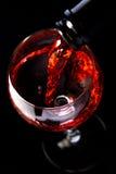 Win szkła z wino butelką na czarnym tle, minimalizm, zdjęcia royalty free