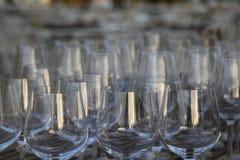Win szkła w zmierzchu na drewnianym stole Fotografia Stock