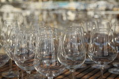 Win szkła w zmierzchu na drewnianym stole Zdjęcie Stock